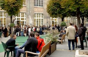 Des étudiants dans la cour
