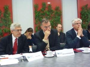 Les résultats de l'enquête insertion 2012 de la Conférence des Grandes Écoles étaient très attendus compte tenu de la conjoncture économique. Pierre Tapie, président de la Conférence des Grandes Écoles et directeur de l'ESSEC (à gauche), Bernard Ramanantsoa, président de la commission aval de la CGE et directeur d'HEC Paris (au milieu), Hervé Biausser, président de la commission amont de la CGE et directeur de l'ECP (à droite).