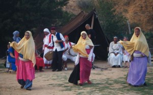 Arrivent les danseuses accompagnant la mariée...