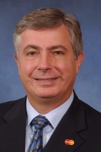 Alfredo Gangotena (ECP 77, Master of Science Université du Wisconsin 78) est Directeur marketing et vente de Mastercard.« Dessine aujourd'hui ce à quoi demain va ressembler ».