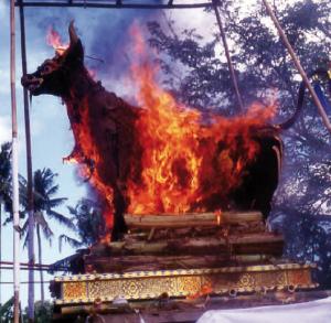 Le corps de la mort est enfermé dans l'effigie d'un taureau que l'on brûle
