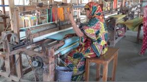 L'ONG Friendship forme des femmes de la région des Chars au tissage à la confection d'écharpes