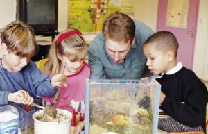 Ces étudiants qui  aident les enfants dans l'enseignement des sciences.