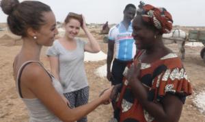 Marie échange avec la Présidente de la Coopérative de Femmes de Gandon à propos du projet Eco cuiseur