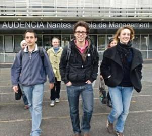 Etudiants sur le parvis d'Audencia