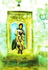Fillette sur le pas de sa porte à Manakhan