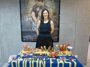 Maguelone, membre d'Human East, vend des objets ukrainiens