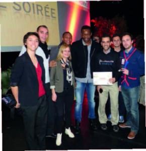 Steve Mandada entouré d'Amir et de toute l'équipe de Sémélé Sport-Culture, récompensés par la ville d'Aix Marseille