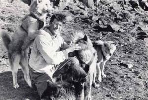 2 Août 1951. Jean Malaurie se sépare de ses onze chiens de traineau © Collection personnelle Jean Malaurie