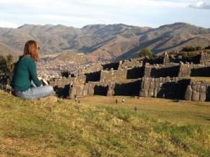 Elise, devant les ruines de Sacsayaman, près de Cusco