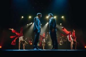 Acteurs-chanteurs, danseuses et musiciens en pleine représentation sur les planches du Déjazet