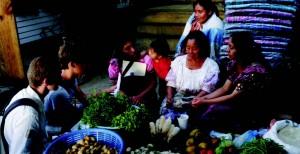 Remplissage d'un questionnaire PAT avec des bénéficiaires de X-MicroFinance, au Guatemala
