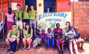 Les membres de la mission de février 2015 devant un atelier créé par l'une des anciennes du centre de formation à la couture © Schola Africa