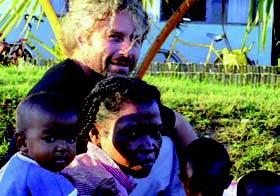 Jeff Tordo, avec des jeunes dans la ferme-école
