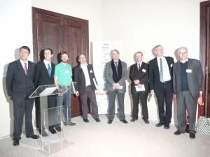 Les trois thésards et quelques chercheurs récompensés au cours de la soirée « La recherche à l'honneur » organisée le 12 janvier, entourent son président Cyrille Van Effenterre. © Andrea Danti - Fotolia