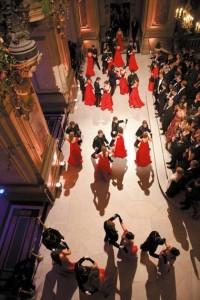 Le quadrille des lanciers au pied du grand escalier de l'Opéra Garnier : les X se mettent au pas de danse