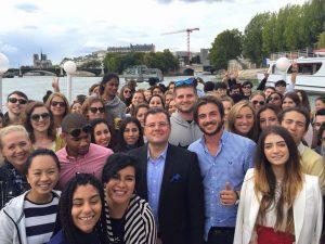 Fady Fadel avec ses étudiants de l'American Business School