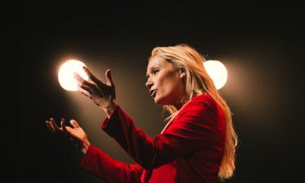 [Le pouvoir a-t-il un sexe] Femmes et humour – Interview de Caroline Vigneaux