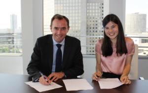 Camille Clément étudiante à emlyon business school avec Christophe Catoir, CEO d'Adecco France © Adecco Group