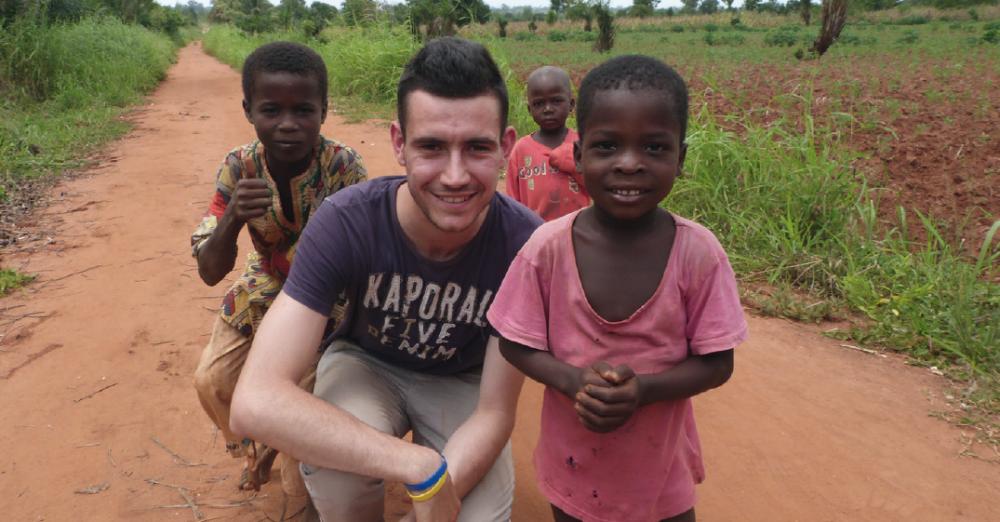 Un Yovo (Clément) avec des enfants togolais
