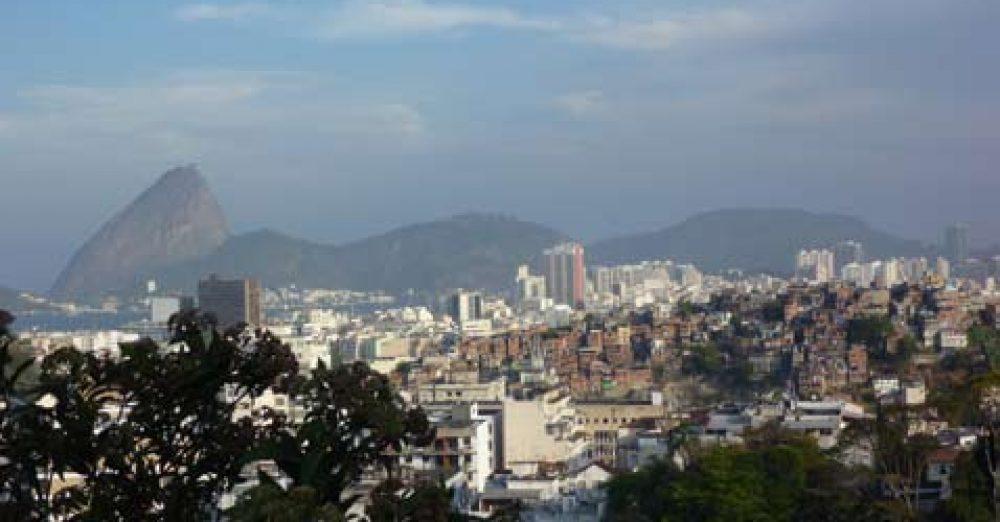 Rio à l'image d'un pays où cohabitent très riches et très pauvres, immeubles modernes et favelas (appelées communautés urbaines).