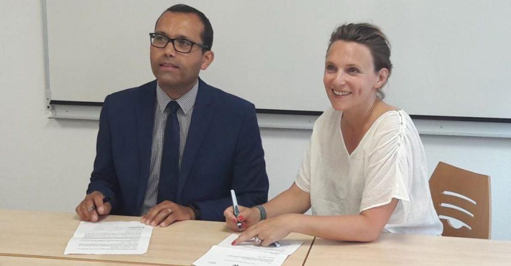Tamym Abdessemed, DG de l'ISIT et Julie Loly, DG du CFJ et de l' E cole W, signent la convention de partenariat entre les trois établissements.