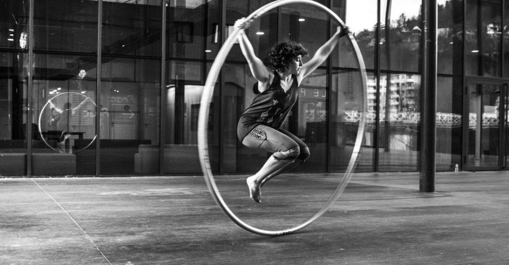 Charlotte Dubost, élève-ingénieure à CentraleSupélec en double diplôme à l'Ecole polytechnique de Montréal développe un nouveau matériau pour la roue Cyr, son agrès de cirque fétiche. © Anne-Marie Lambert-Chevrier