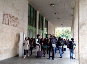 étudiants entrée Bocconi