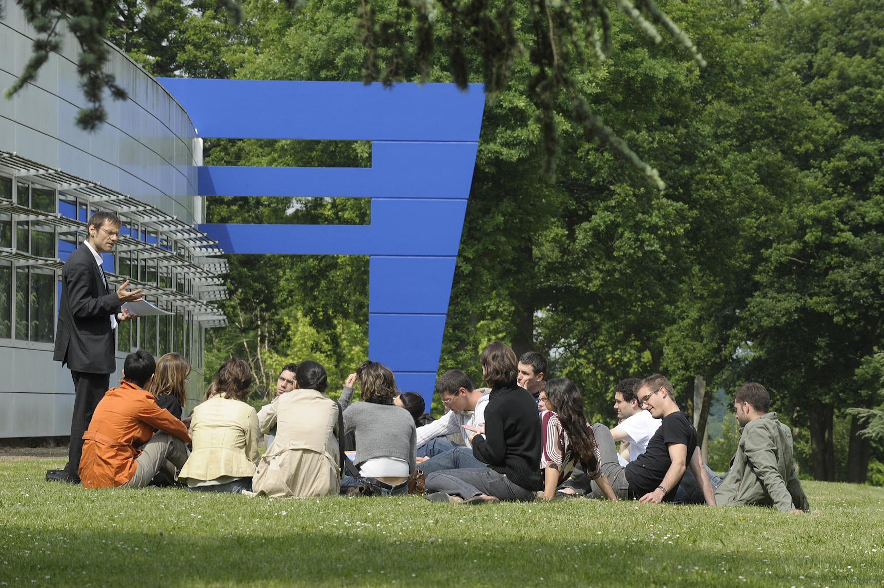 Etudiants campus HEC Paris