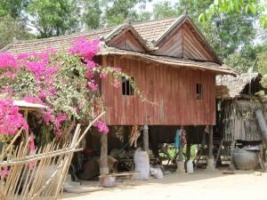 Maison sur pilotis de bois au Cambodge
