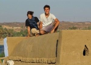 Mylène et Grégoire sur leur voûte nubienne à Assouan