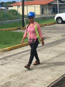 Une femme sur un chantier à Bocas del Toro au Panama