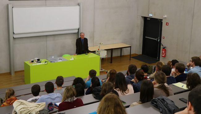 Le Pr Jean-Pierre Sauvage donne une conférence aux élèves de l'ENSCMu