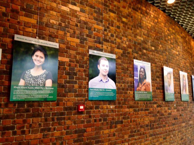 Les photos des bénéficiaires de bourses d'études de la Fondation dans le grand hall
