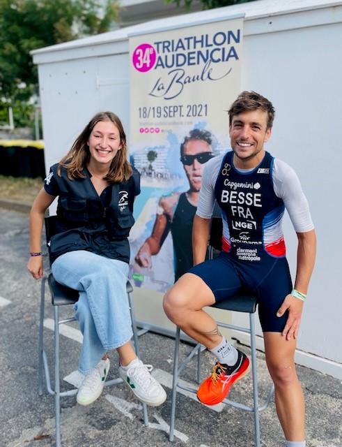 Antoine Besse, parrain de la 34e édition du Triathlon Audencia La Baule accompagné d'Aliénor de Ginestous, responsable développement durable et handicap de l'asso organisatrice du triathlon