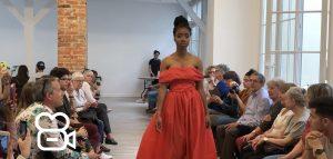Étudiante en plein défilé lors des Trophées de la Mode