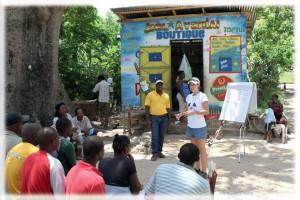 Pendant une formation en maçonnerie dispensée par GOAL en Haïti, Caroline explique pourquoi notre équipe est venue filmer