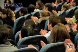 Des étudiants applaudissent MM. Dubrule et Pélisson